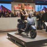 Vespasparkcykel på skärm på EICMA 2014 i Milan, Italien Arkivbilder