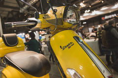 Vespasparkcykel på skärm på EICMA 2014 i Milan, Italien Royaltyfria Bilder
