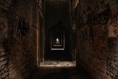 Vestíbulo abandonado con la pintada en Europa fotos de archivo