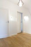 Vestíbulo acogedor con las paredes blancas fotos de archivo