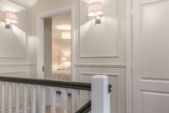 Vestíbulo agradable y la puerta del dormitorio en una casa Imagenes de archivo
