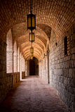 Vestíbulo arqueado ladrillo del lagar del castillo Fotos de archivo