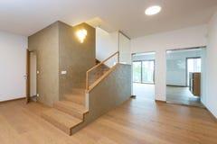 Vestíbulo con la escalera en casa moderna Imagen de archivo