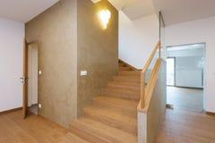 Vestíbulo con la escalera en casa moderna Fotografía de archivo libre de regalías