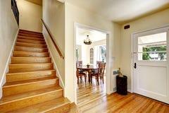 Vestíbulo de Entance con la escalera de madera Fotografía de archivo libre de regalías