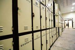 Vestíbulo de la escuela con los armarios del estudiante Fotos de archivo
