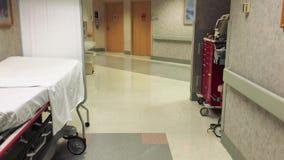 Vestíbulo del hospital con nadie alrededor Tirado en UHD 4K almacen de metraje de vídeo