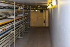 Vestíbulo del mantenimiento en un edificio industrial con el conducto que corre abajo del lado imagenes de archivo