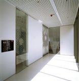 Vestíbulo en el edificio de oficinas moderno Imagen de archivo libre de regalías