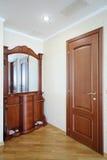 Vestíbulo hermoso con el pequeño armario de madera con el MI Imágenes de archivo libres de regalías