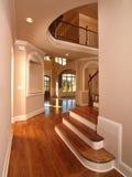 Vestíbulo interior casero de lujo modelo con las escaleras Imagenes de archivo