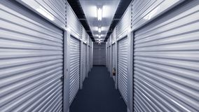 Vestíbulo interior con las puertas de la unidad de almacenamiento del metal en cada lado fotografía de archivo libre de regalías