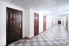 Vestíbulo largo con las puertas de madera marrones Fotos de archivo