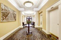 Vestíbulo largo en el edificio residencial de lujo Tacoma, WA Fotos de archivo