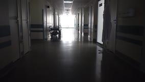 Vestíbulo largo oscuro con la camilla médica almacen de metraje de vídeo