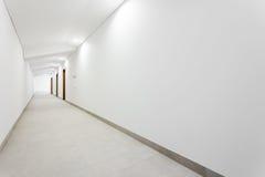 Vestíbulo limpio blanco largo Imagenes de archivo