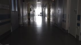 Vestíbulo oscuro con la camilla médica almacen de metraje de vídeo