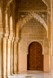 Vestíbulo que lleva a la puerta en Alhambra Palace Foto de archivo