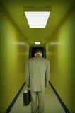 Vestíbulo que recorre tensionado cansado del hombre de negocios Foto de archivo
