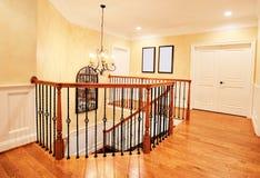 Vestíbulo superior y escalera en hogar exclusivo Fotos de archivo libres de regalías