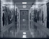 Vestíbulo vacío de la escuela blanco y negro Fotografía de archivo libre de regalías