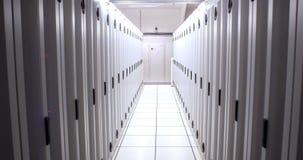 Vestíbulo vacío de las torres del servidor almacen de metraje de vídeo