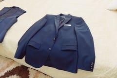 Veste bleue sur le lit Image libre de droits