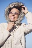 Veste chaude d'hiver de femme amicale Image libre de droits