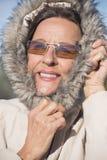 Veste chaude d'hiver de femme attirante Photo stock