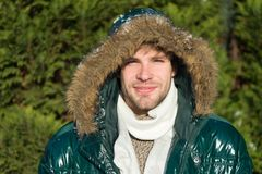 Veste chaude d'usage non rasé d'homme avec le fond neigeux de nature de fourrure Mode d'hiver de hippie Préparé aux changements d photos libres de droits
