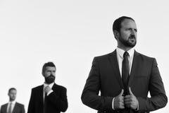 Veste de contacts d'hommes d'affaires Les directeurs portent les costumes et les cravattes futés images libres de droits
