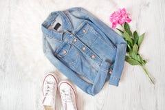 Veste de jeans, espadrilles blanches et pivoine rose Fond blanc f Photos libres de droits