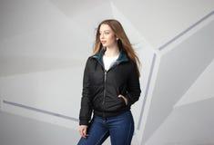 Veste de port de fille de jeune fille avec le secteur pour votre logo, maquette de hoodie de femmes blanches photo stock