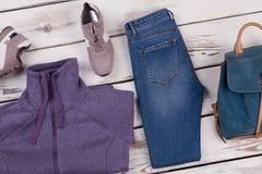 Veste et jeans violets de voie Photos stock