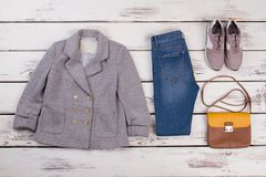 Veste, jeans, espadrilles et sac Images libres de droits
