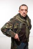 Veste masculine de militaires de terroriste revolver en sa main image libre de droits