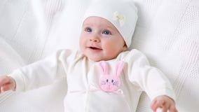Veste tricotée par blanc de bébé avec le lapin rose clips vidéos