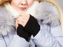 Veste velue chaude de port d'hiver de femme image libre de droits