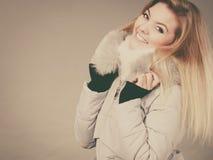 Veste velue chaude de port d'hiver de femme heureuse Photo libre de droits