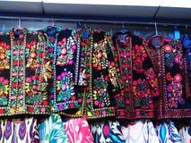 Vestes brodées traditionnelles de l'Ouzbékistan Complètement de couleurs chaudes Images libres de droits