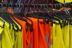 Vestes et pantalons de sécurité sur des cintres photo libre de droits
