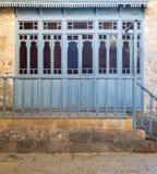 Vestiário com os obturadores de madeira azuis da porta e as balaustradas de madeira no bathhouse turco tradicional histórico, o C fotografia de stock