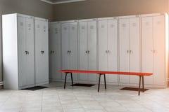 Vestiaire avec des tiroirs et des bancs en métal photographie stock libre de droits