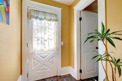 Vestibule avec deux trappes blanches et murs jaunes. Image stock