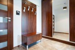 Vestibule en bois en appartement moderne Images libres de droits
