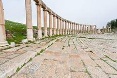 Vestibule sur le forum ovale romain dans Jerash Photos stock