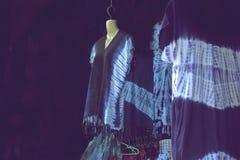 vestido Añil-teñido en tienda de souvenirs Imagen de archivo libre de regalías