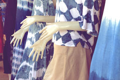 vestido Añil-teñido en un maniquí Imágenes de archivo libres de regalías