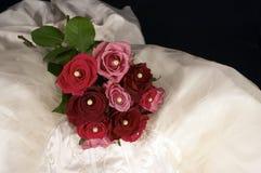 Vestido & Rosa de casamento Imagens de Stock Royalty Free