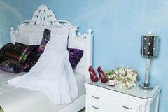 Vestido, anillos, zapatos y ramo para casarse Imagen de archivo